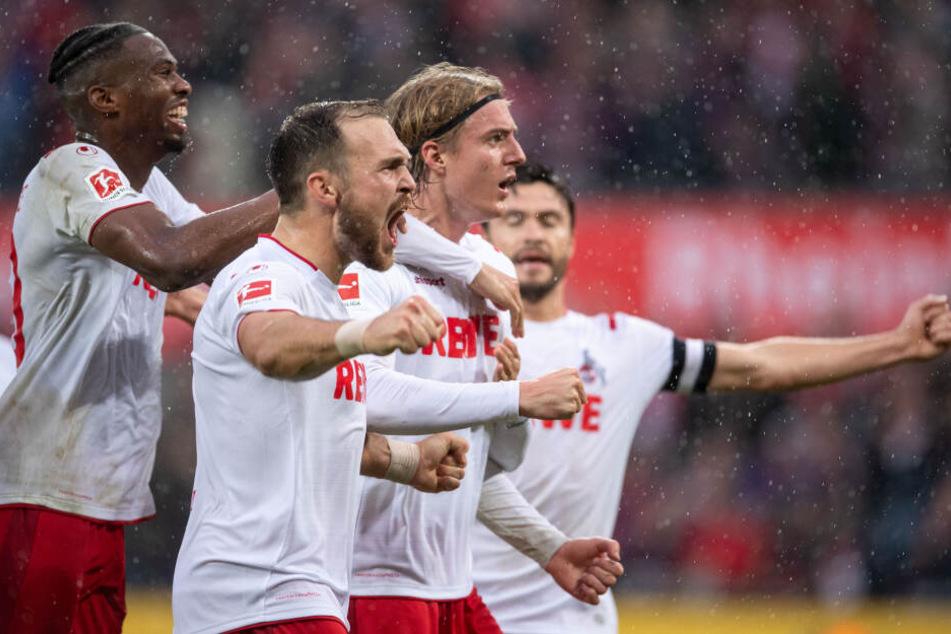 Kölns Kingley Ehizibue (l-r), Rafael Czichos, Torschütze Sebastiaan Bornauw und Jonas Hector jubeln nach dem Treffer zum 3:0.