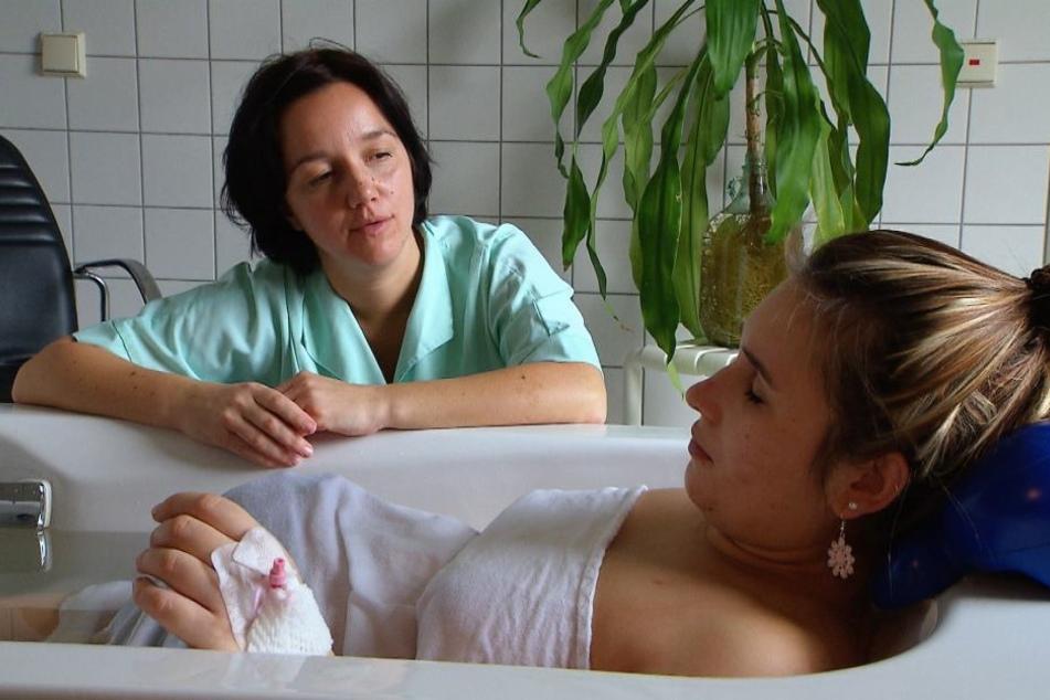 Hebammenschülerin Denise Garcia-Arcia mit einer werdenden Mutter