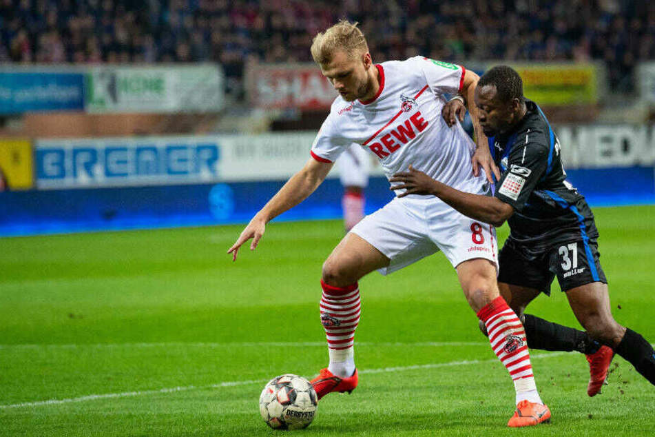 Johannes Geis (l) und Paderborns Bernard Tekpetey kämpfen beim Liga-Spiel am 15. Februar in Paderborn um den Ball. Das Spiel endete 3:2.