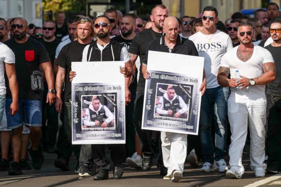 Zweieinhalb Monate nach der tödlichen Schießerei auf der Eisenbahnstraße hielt die größtenteils aus Migranten bestehende Streetgang United Tribuns einen Trauermarsch für ihren erschossenen Anwärter Veysel A. (†27) ab.