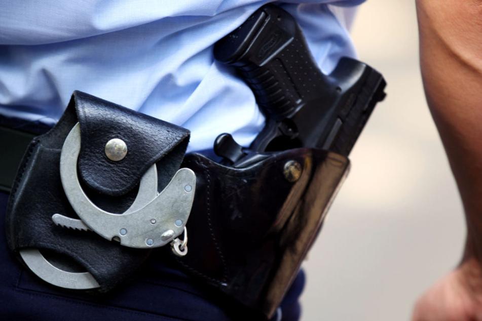 Während des Einsatzes musste ein Polizist seine Waffe zücken. (Symbolbild)