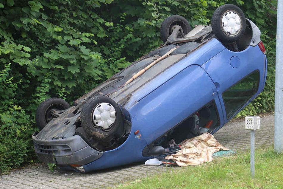 Der Renault blieb auf dem Dach liegen.