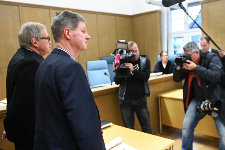 Klemens Olbrich (2.v.l.), Bürgermeister von Neukirchen, steht zu Prozessbeginn im Amtsgericht neben seinem Anwalt Karl-Christian Schelzke (l).