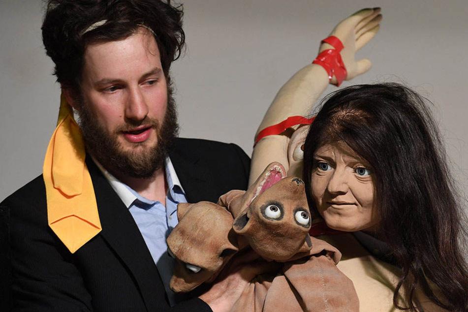 Mit einem Puppenkopf, der Beate Zschäpe darstellen soll, probt Schauspieler Felix Schiller auf der Probebühne des Puppentheaters Chemnitz.