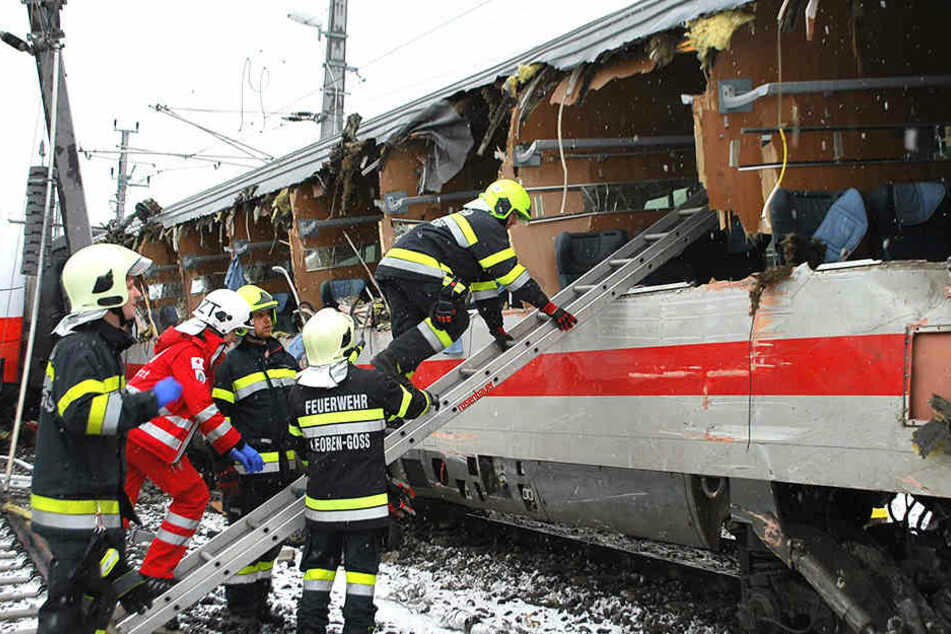 Schweres Zug-Unglück! Eine Tote, mehr als 20 Verletzte