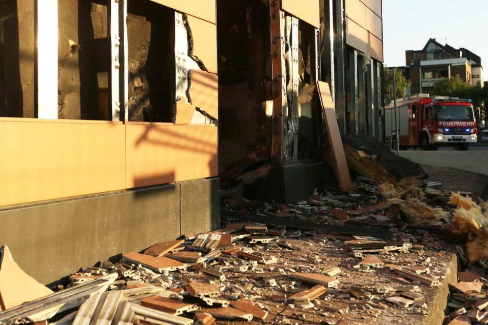 Plötzlich brennt das Rathaus: Unkraut-Beseitigung geht völlig schief!