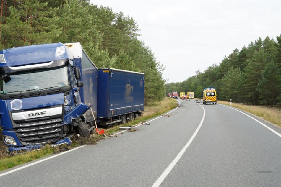 Auch der Lkw ist von dem Zusammenstoß gezeichnet.