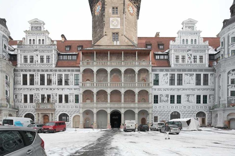 Der große Schlosshof, auch Renaissancehof genannt. Deutlich sichtbar: Die Loggia unter dem Hausmannsturm ist die einzig noch nicht ausgemalte Fläche.