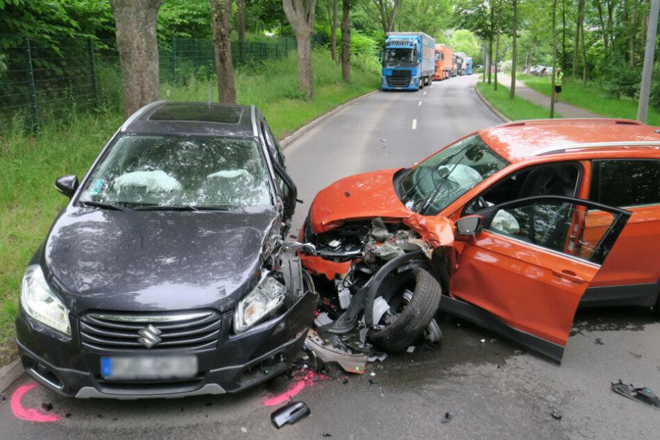 Die beiden Fahrer wurden bei dem Unfall verletzt.