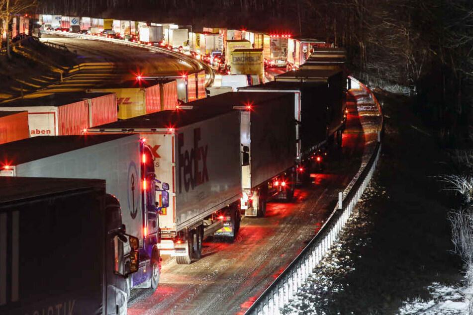 Siegen: Verkehrschaos und einen langen Stau gibt es auf der Autobahn A45 an der Raststätte Siegerland Ost zwischen Siegen und Freudenberg, Fahrtrichtung Siegen am Dienstag.