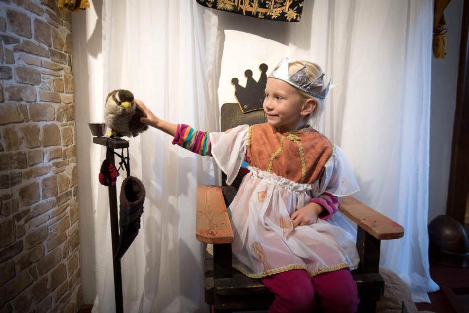 """Die historischen Hütten erweitern die Ausstellung """"Abenteuer Mittelalter"""", die schon seit Herbst Jung und Alt begeistert."""