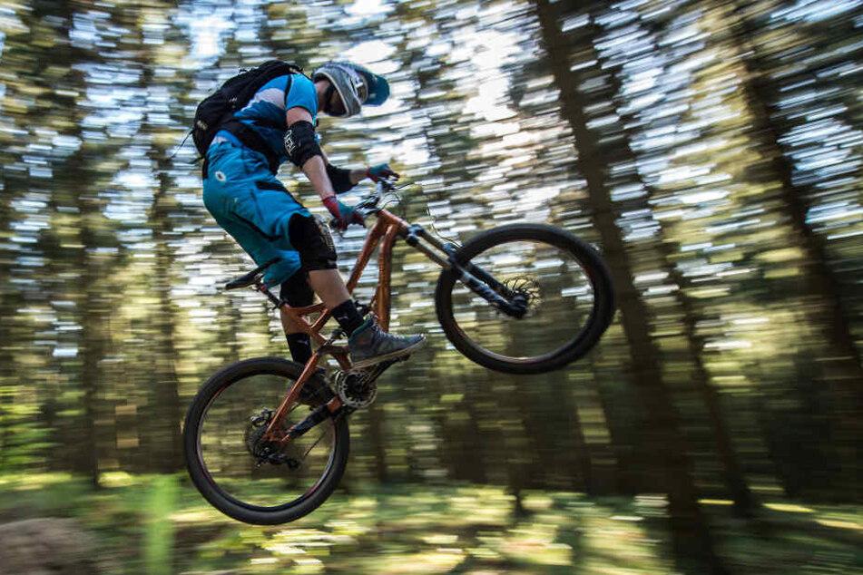 Immer mehr Mountainbiker stürzen sich waghalsig verbotene Pisten hinab. (Symbolbild)