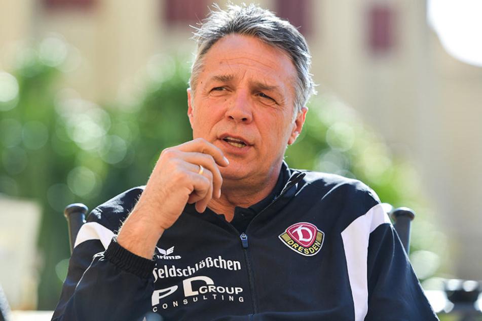 Uwe Neuhaus macht ein Riesengeheimnis aus seiner Aufstellung bei Absteiger Karlsruher SC.
