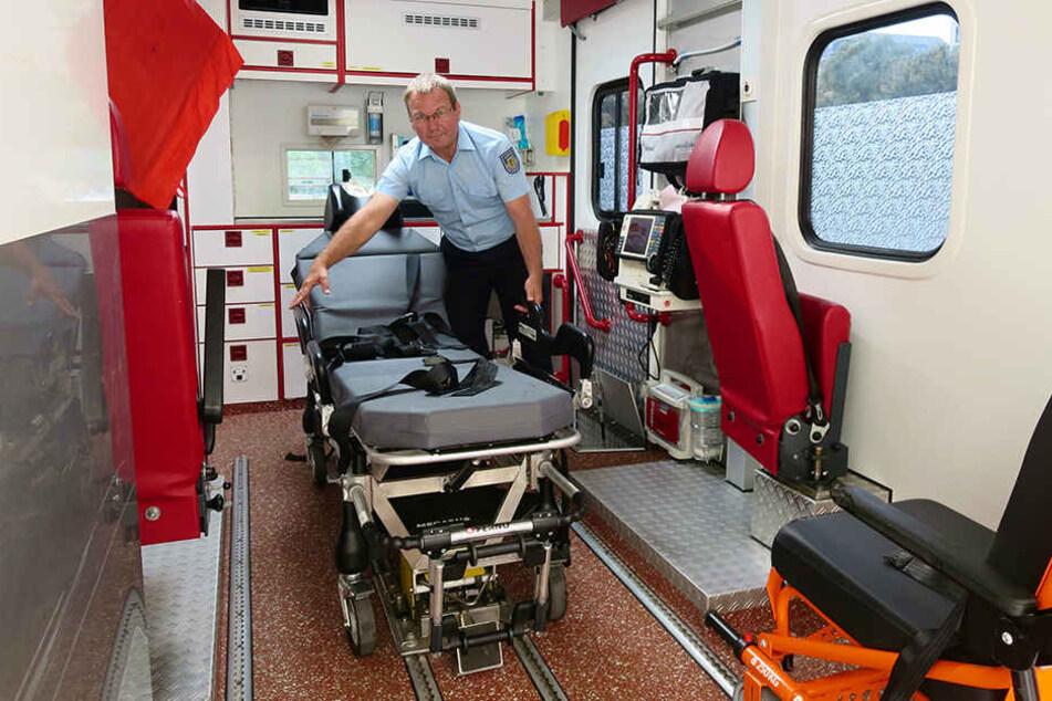 """Joachim Petrasch (59) von der Leipziger Feuerwehr zeigt die XXL-Liegetrage für Patienten bis 400 Kilo im """"Rettungswagen Übergewicht""""."""