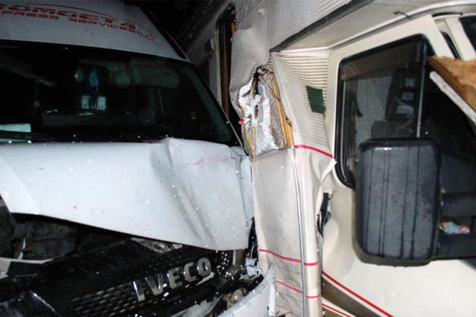 Der Lieferwagen krachte erst gegen ein geparktes Auto und landete am Ende an einem Wohnmobil.