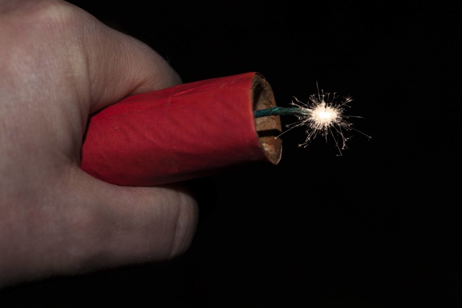 Der Böller explodierte in der Hand des Mannes und riss ihm zwei Finger ab. (Symbolfoto)
