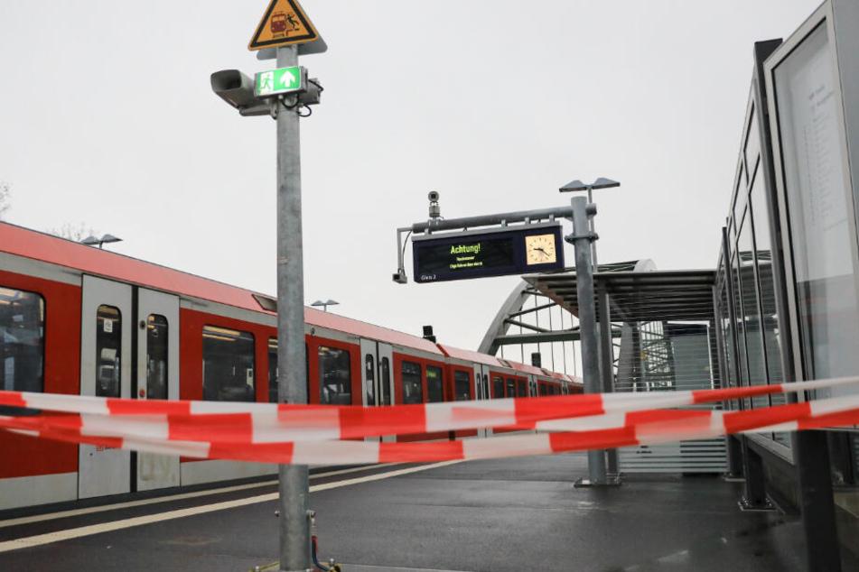 Die S-Bahn-Station war aufgrund des Hochwassers gesperrt. Die Züge fuhren ohne Halt vorbei.