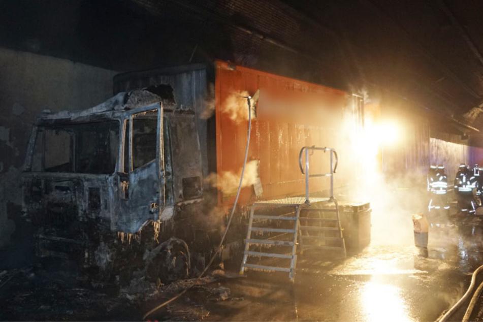 Das Führerhaus des Lasters brannte aus. Verletzte gab es keine.