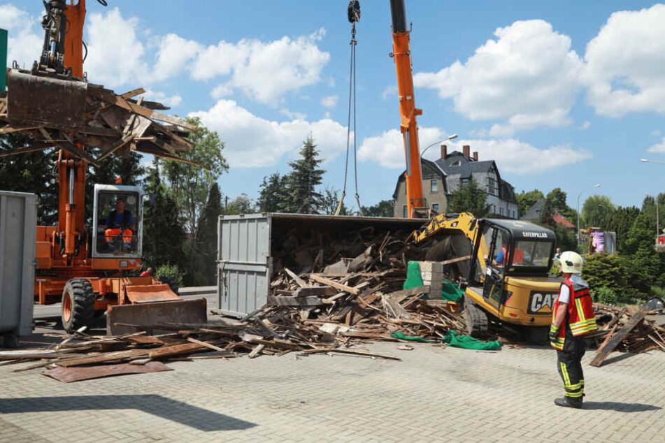 Beim Crash verteilte sich die komplette Ladung des Lasters auf dem Gelände eines Autohauses.