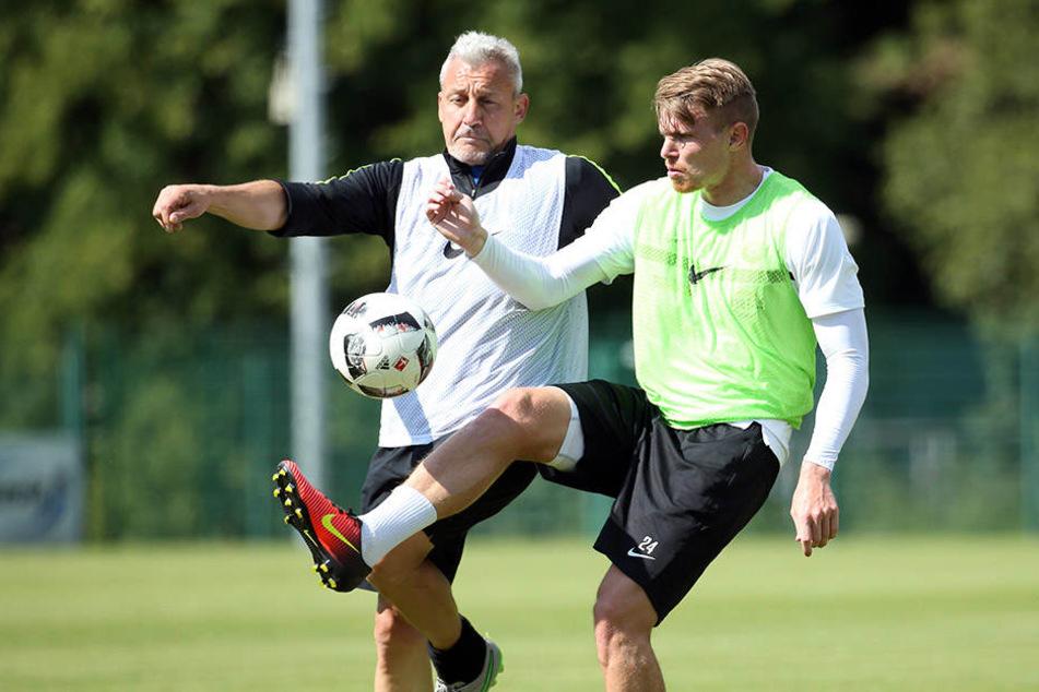 Können auch weiterhin im Training einige Duelle ausfechten: Steve Breitkreuz (r.) und FCE-Trainer Pavel Dotchev.