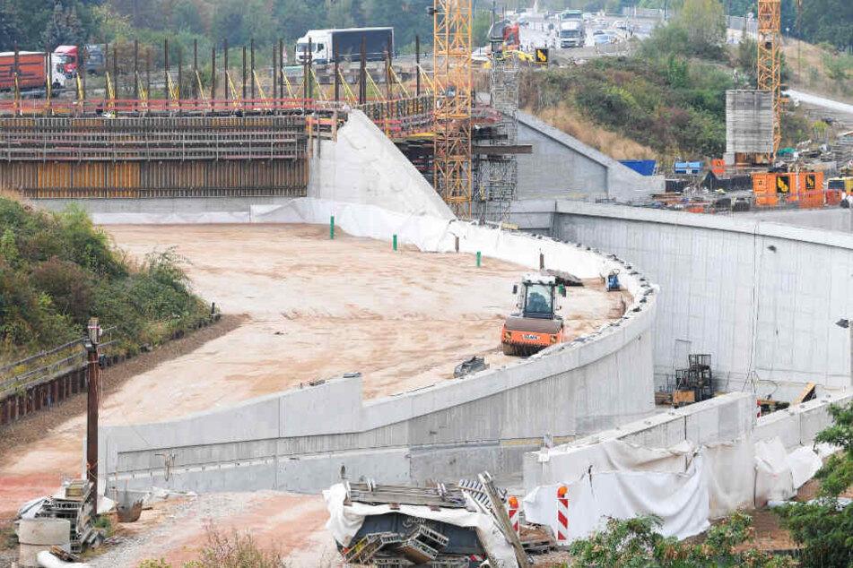 Verkehrsprojekt Riederwaldtunnel: Das Foto zeigt einen Blick auf die Großbaustelle am Autobahndreieck Erlenbruch an der Frankfurter Ostumgehung der A661.