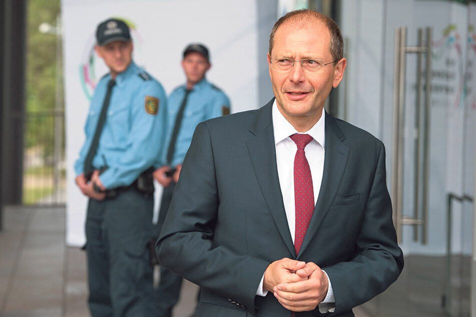 Innenminister Markus Ulbig (53, CDU) hofft auf mehr Schlagkraft im Kampf  gegen die politisch motivierte Kriminalität.
