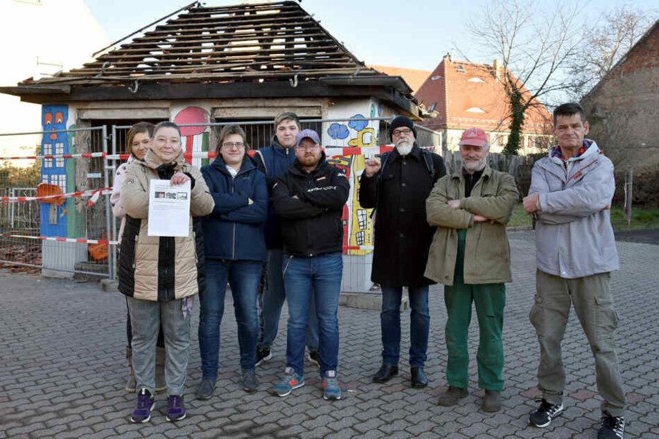 Sie kämpfen gegen den Abriss ihres am Neujahrstag abgebrannten Buswartehäuschens: Katja Scheller (2.v.l.) und ihre Mitstreiter.