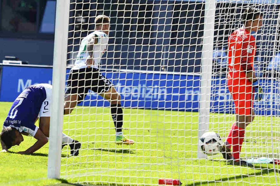 27. August 2016: Marcel Franke (2.v.l.) hat in der Nachspielzeit zum 3:2 für Greuther Fürth gegen Aue getroffen und dreht jubelnd ab. Martin Männel (r.) und Julian Riedel können es kaum fassen.