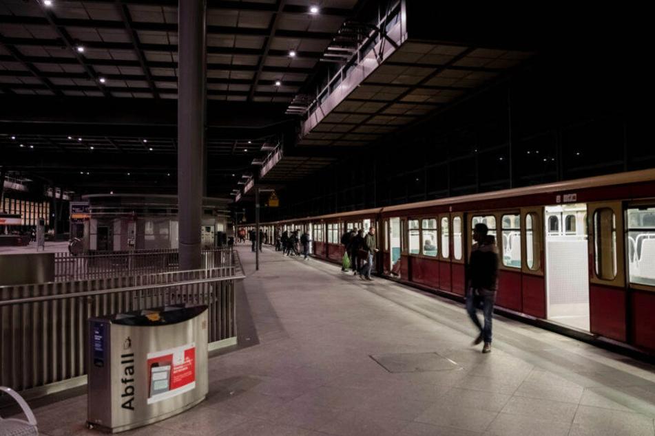 Der Mann verfolgte die Frau am S-Bahnhof Südkreuz. (Archivbild)