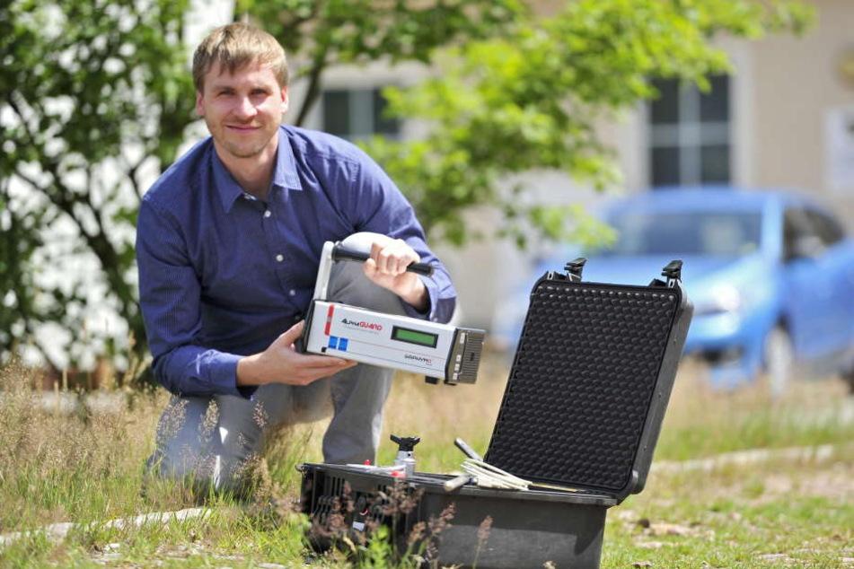 Stefan Gatermann (30) zeigt ein Radon-Messgerät. Er ist auch Ansprechpartner  bei der Radonberatungsstelle.