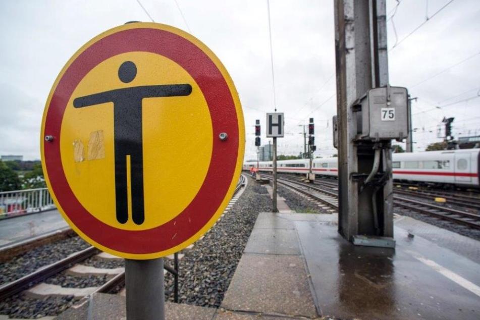 Mann (31) wird von Zug erfasst und kommt mit Prellungen davon!