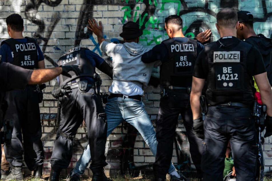 Polizisten filzen einen mutmaßlichen Drogendealer. (Archivbild)