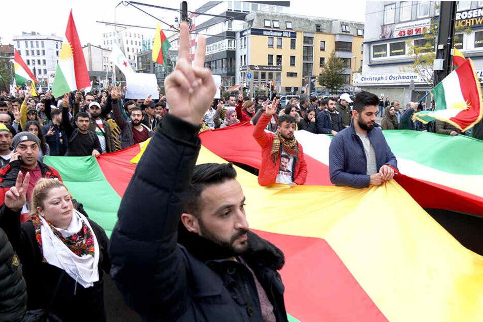 In Hannover demonstrierten am Wochenende viele Kurden gegen den Angriff der türkischen Armee auf Nordsyrien.