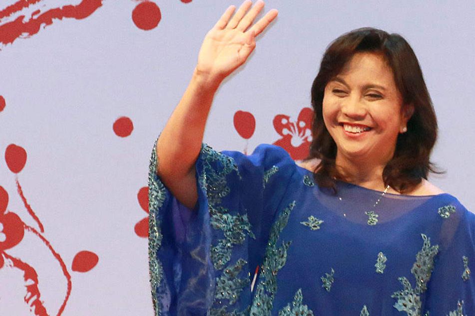 Die philippinische Vizepräsidentin Leni Robredo winkt am 11.05.2017 in Tokio (Japan) bei der Eröffnung eines Gipfels.