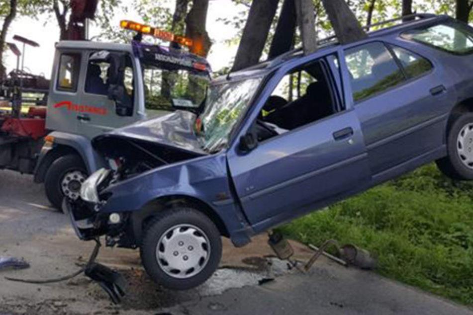 Der Peugeot wurde bei dem Crash stark beschädigt.
