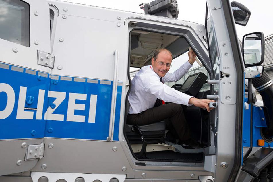Markus Ulbig zeigt sich stolz in einem der neuen Panzerfahrzeuge.