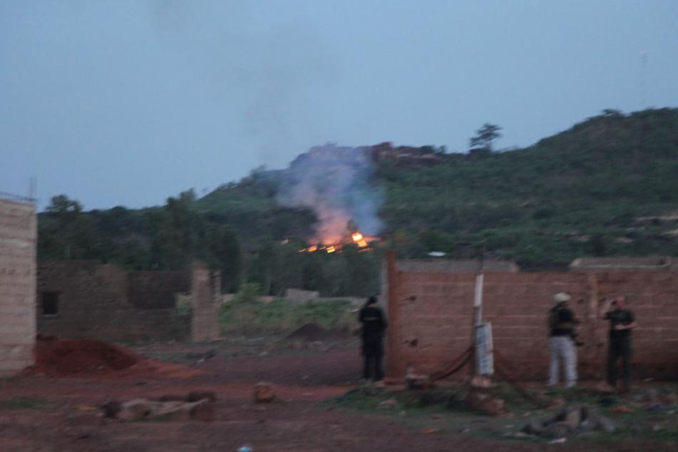 Ein Feuer brennt bei Bamako, Mali, am Pool des Ressorts.