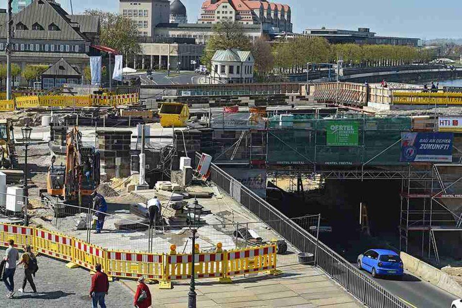 Bauarbeiter verlegen an der Augustusbrücke momentan 1500 Quadratmeter Granitplatten für die neuen Fußwege.
