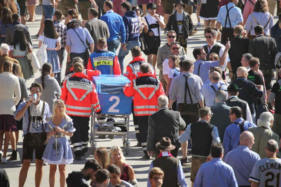 Mobile Sanitäter laufen durch die Menschenmenge auf dem Oktoberfest. (Archivbild)
