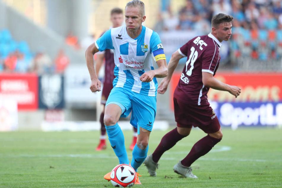Dennis Grote (l.) wird als zentraler Mann vom Gegner sofort attackiert - hier von BFC-Kicker Philip Schulz vom BFC Dynamo.
