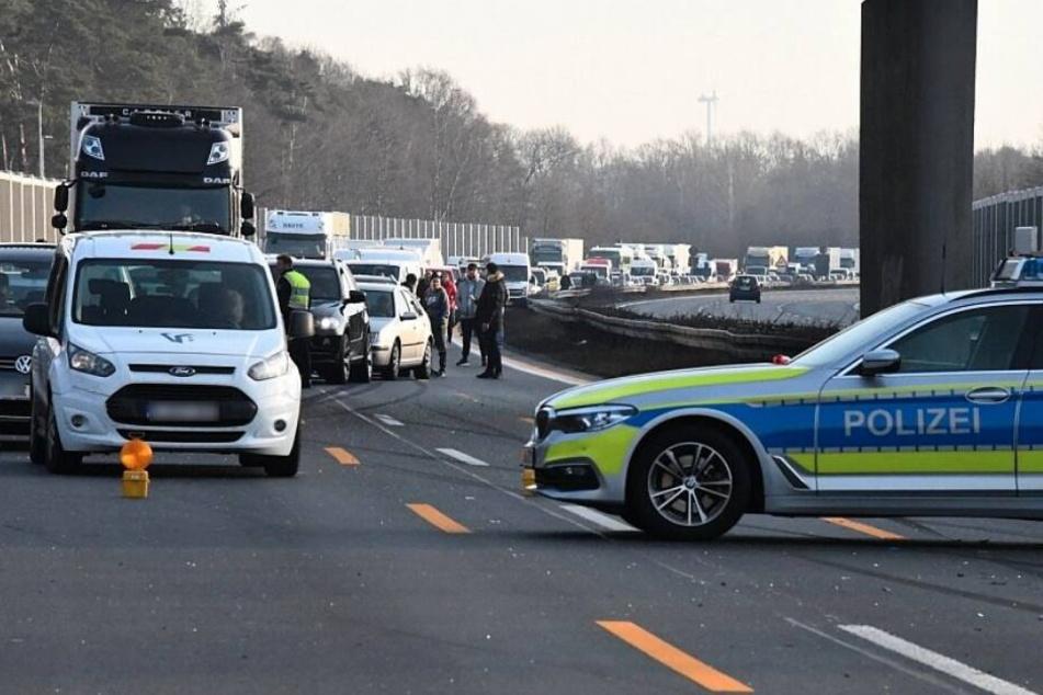 Die Polizei sperrte die komplette Autobahn in Richtung Dortmund.
