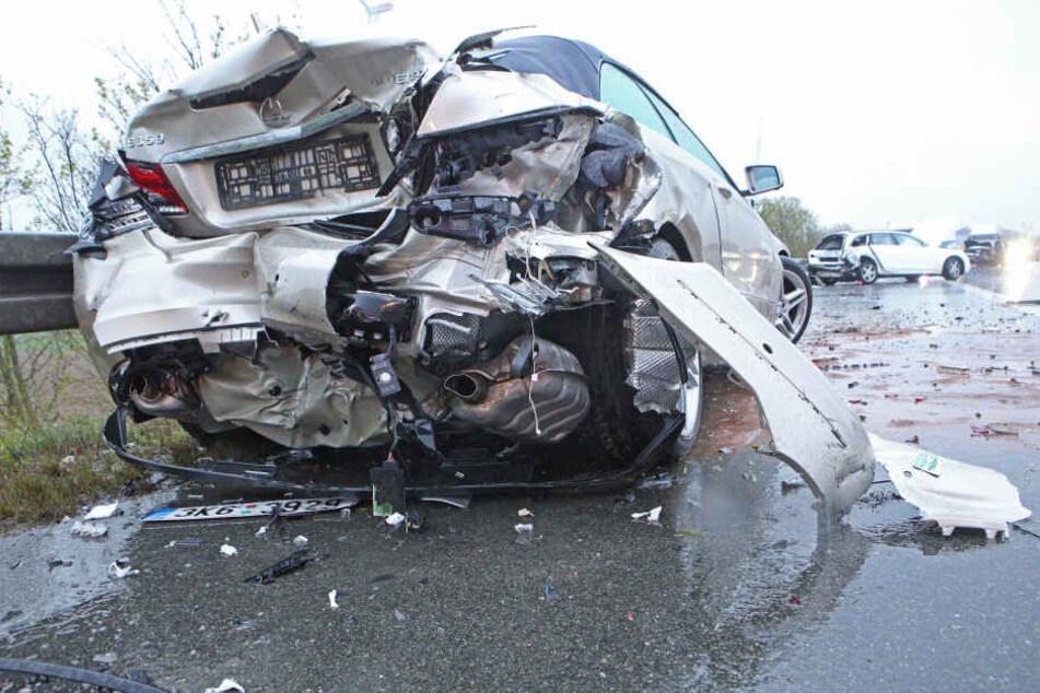 Sieben Fahrzeuge wurden bei dem Unfall beschädigt.
