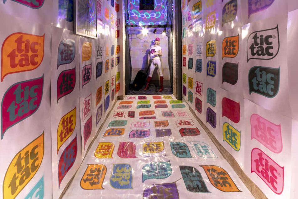 """In der mit Tic Tac tapezierten Installation """"Sexbomb"""" von Silvie Zesch übertönt Tom Jones' Song das Ticken einer Zeitbombe."""