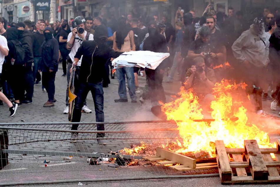 21.15 Uhr: Hunderte militante Demonstranten und Polizei am Pferdemarkt.