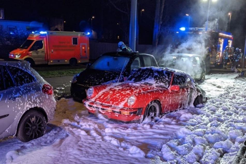 Der rote Porsche steht inmitten des Löschschaums auf der Hauptstraße in Wanne-Eickel.