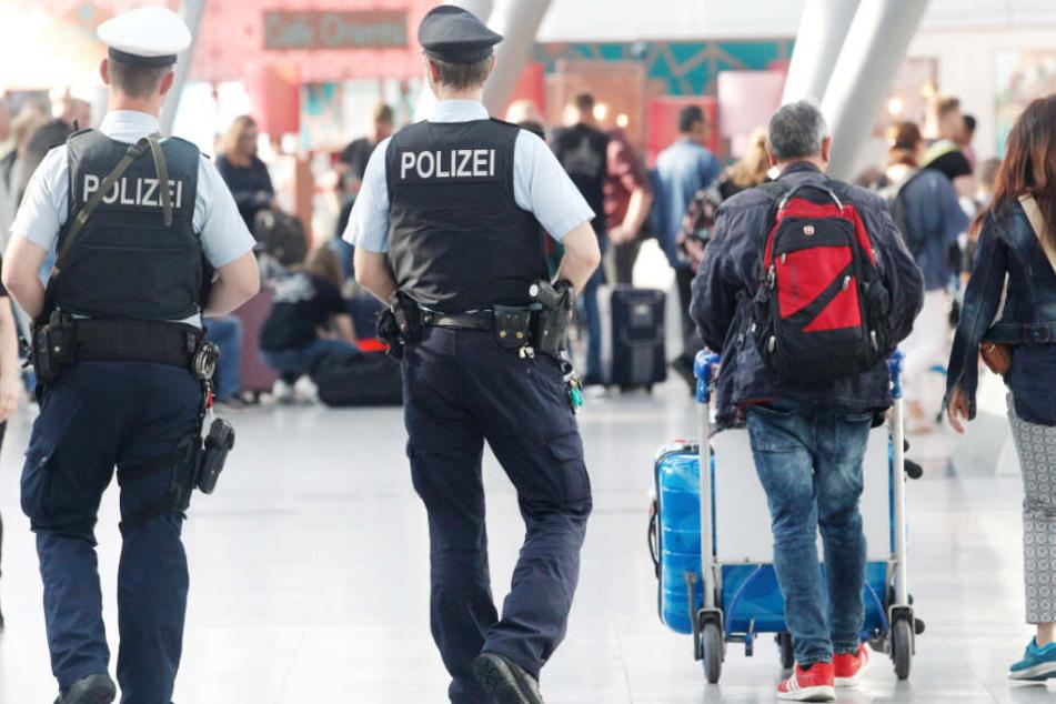 Polizisten warteten bereits am Flughafen auf den 19-Jährigen. (Symbolbild)