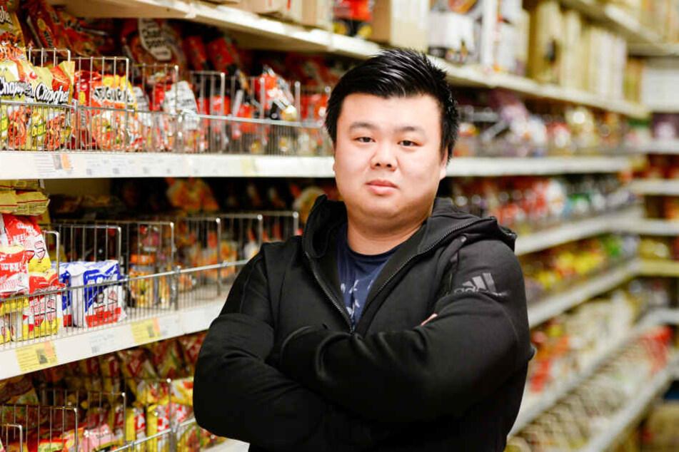 Yen Souw Tain, Geschäftsführer eines Supermarktes für asiatische Spezialitäten in Köln, steht in seinem Geschäft.