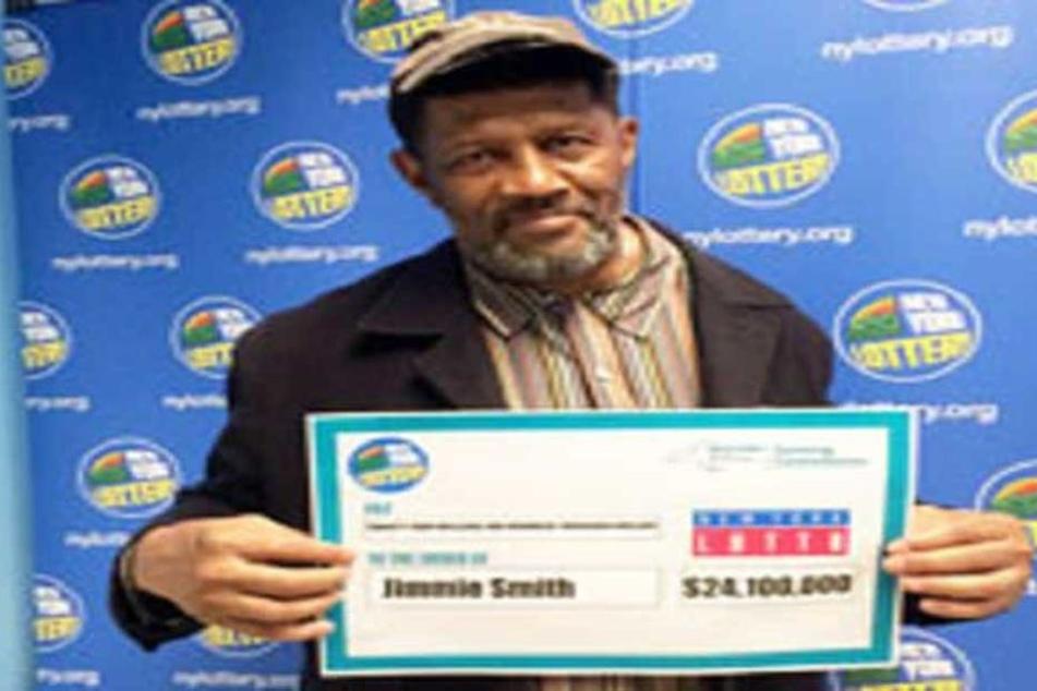 Jimmie Smith (68) zeigt den Gewinnerscheck: 24,1 Mio. Dollar.