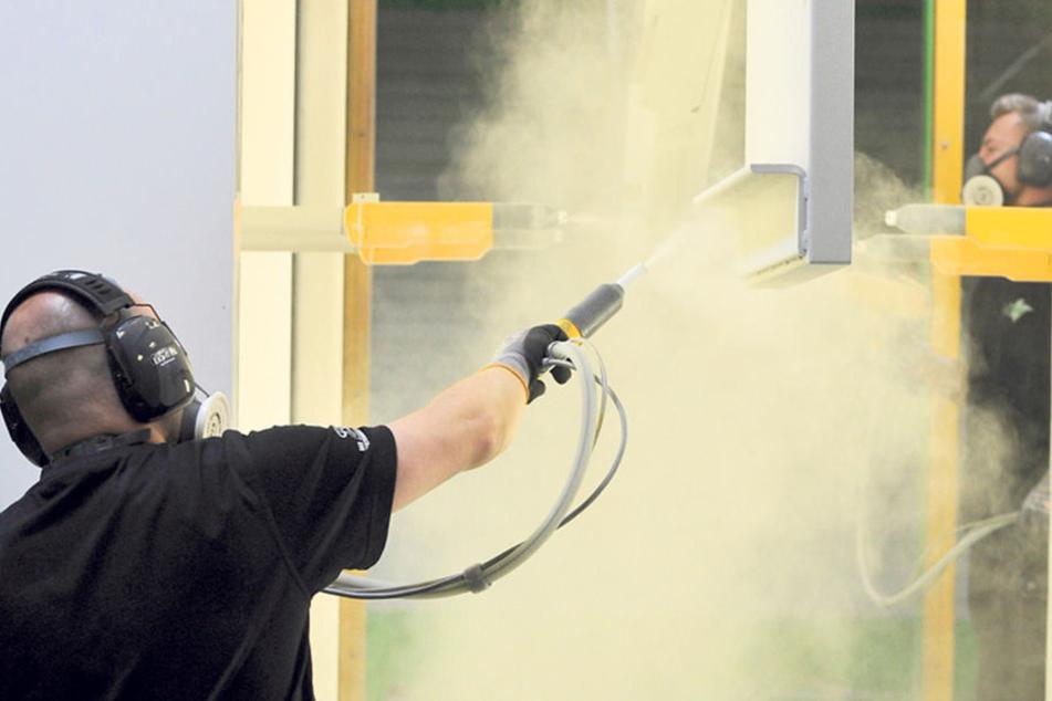 Pulverbeschichtung bei LOV: Pro Jahr werden Produkte mit einer Gesamtfläche  von 400000 Quadratmetern bearbeitet.