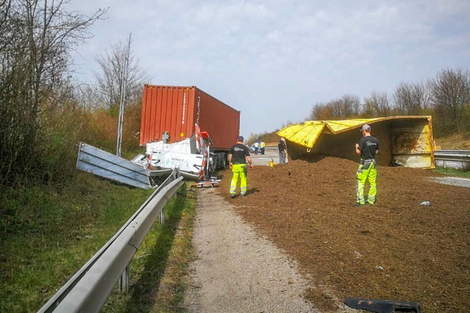 Lkw kippt auf A65 um und verteilt beladene Erde über gesamte Autobahn